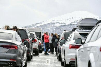 Autos stauen sich auf der A13, der Brennerautobahn, bei Nösslach. Massive Schneefälle haben am Samstag für ein Verkehrschaos am Brenner gesorgt. Die Südtiroler Brennerautobahn musste wegen Lawinengefahr und hängen gebliebener Lastwagen komplett gesperrt werden.