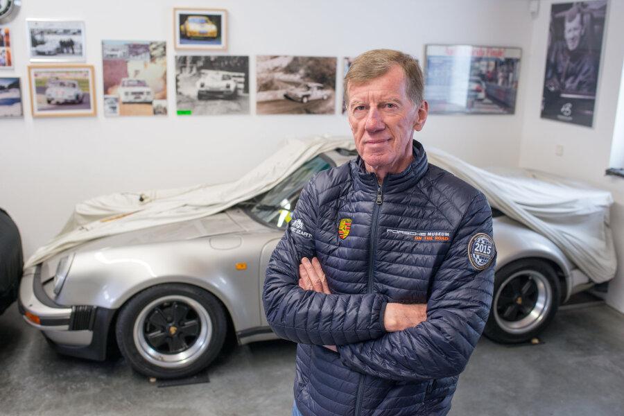 Der zweifache Rallye-Weltmeister Walter Röhrl steht daheim in St. Englmar vor einem Porsche. Zwölf Autos besitzt der Bayer insgesamt.