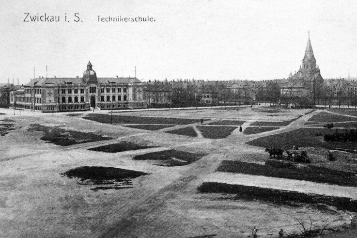 Der Schießanger im Jahr 1902 in seiner ursprünglichen Größe. Im Hintergrund die Technikerschule (heute Finanzamt)
