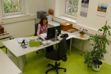 Im neu gestalteten Büroraum der Gelenauer Kämmerei freut sich Viktoria Blyugerman inzwischen über gute Arbeitsbedingungen. Unter dem neuen Bodenbelag befindet sich auch eine Fußbodenheizung.