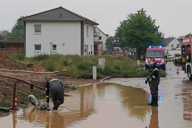 Nach einem Starkregen waren am 14. Juni in Werdau mehrere Gullys verstopft, dadurch wurden Straßen und Gehsteige überflutet. Die Wehr musste ausrücken und Hilfe leisten.