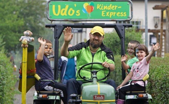 """Udo Friedrich war am Samstag mit seinem Traktor in der Kleingartenanlage """"Sonnige Höhe"""" unterwegs."""
