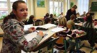 Stehpult und Gymnastik im bewegten Klassenzimmer