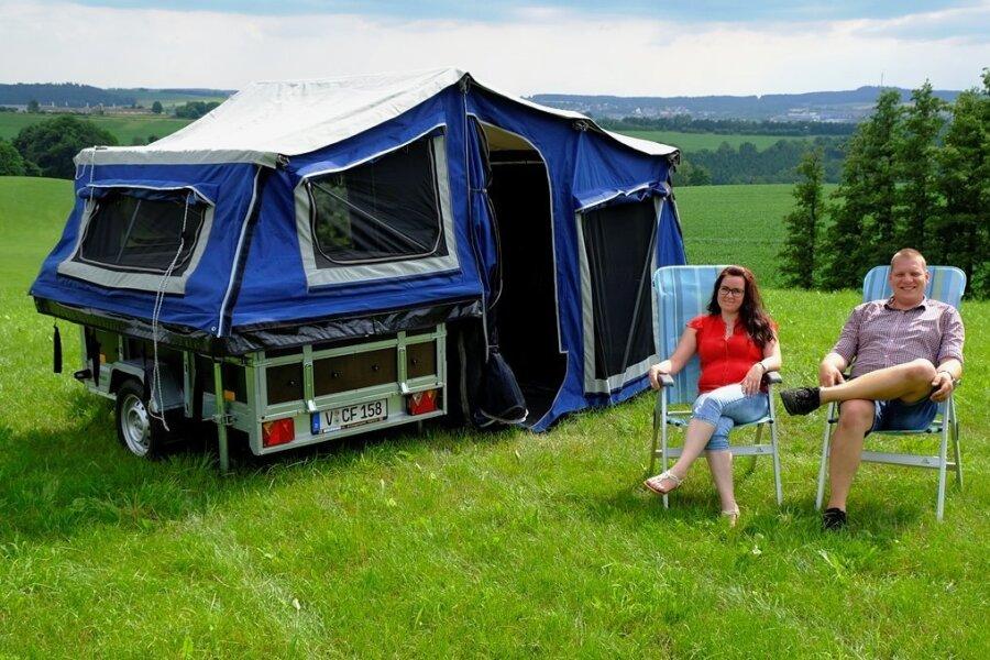 Er passt perfekt in die Vogtländische Landschaft: der Zeltanhänger Campfix von Corina und Frank Maskow. Ursprünglich nur für den Eigenbedarf geplant, produzieren sie ihn nun auch für Kunden.