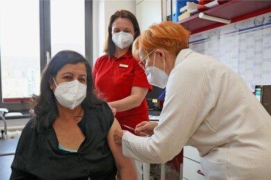 Grudrun Oswald (r.) impft bereits seit Donnerstag gegen Corona. Hier erhält Patientin Noor Zia Shkirat den Pieks, Schwester Doreen Lippmann assistiert. Das Pilotprojekt, an dem sich die Hausärztin und ihre Tochter Dr. Sophie Bauer beteiligen, läuft zunächst bis 15. April.