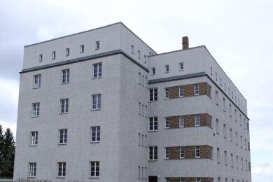 Der Wohnturm an der Ecke Erich-Mühsam-Straße/Zwickauer Straße, der 1930 nach Entwürfen des Architekten Rudolf Ladewig im Stil der Neuen Sachlichkeit entstand. Er steht zur Hälfte leer.