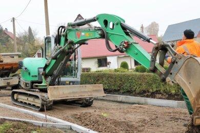 Der Hausdorfer Weg im Oederaner Ortsteil Börnichen bekommt derzeit neue Bordsteine.