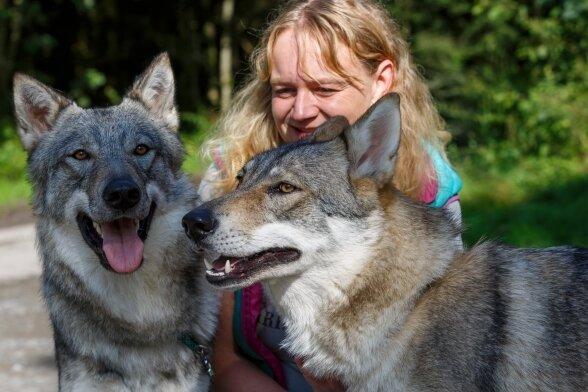 Auf Tuchfühlung: Tierheimchefin Peggy Kreher glaubt, dass es sich bei den ein bis zwei Jahre alten Tieren um Geschwister handelt.