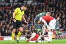Arsenal-Stürmer Welbeck (u.) erleidet einen Knöchelbruch
