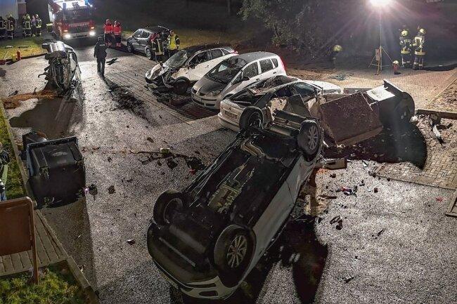 Sieben Fahrzeuge auf einen Streich hat der junger Mann in der Nacht zum Dienstag bei seiner Fahrt in Schwarzenberg demoliert.
