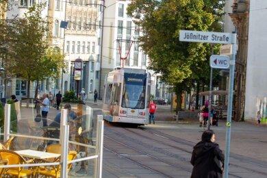 Straßenbahn, Fußgänger, Gastronomie-Außenbereich, Stände vor den Geschäften: Wird die Fußgängerzone künftig auch für Individualverkehr geöffnet? Die Debatte ist eröffnet, die Stadt soll Konzepte liefern.