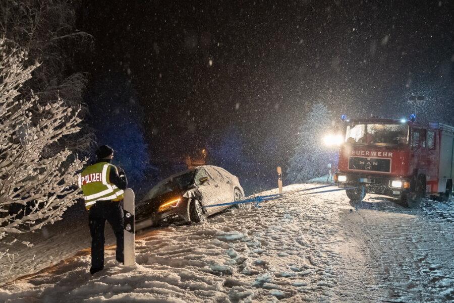 In Mechelsgrün drohte ein Auto nach einem Zusammenstoß einen Hang hinabzurutschen. Nur mit Mühe konnte das Fahrzeug geborgen werden.
