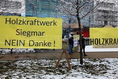 Es wird wieder demonstriert für eine nachhaltige Zukunft. Auf dem Johannisplatz forderten eine Bürgerinitiative sowie die Students for Future: Nein zum Holzkraftwerk Siegmar.