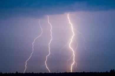 Der Deutsche Wetterdienst (DWD) warnt vor schwerem Gewitter mit Starkregen in Chemnitz sowie im Tiefland Mittelsachsens.