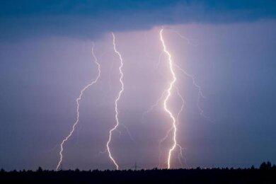 Blitze, Donner, starker Regen, Windböen und Hagel: Davor warnt der DeutscheWetterdienst für Samstagnachmittag in den Landkreisen Zwickau und Vogtland.