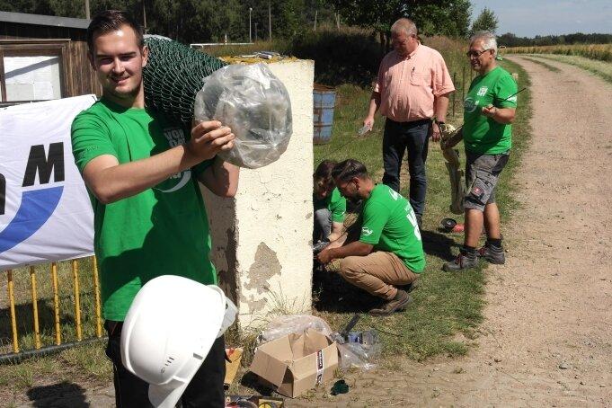 """Bei Kevin Müller (vorn) liefen beim Envia-Projekt """"Mitarbeiter vor Ort"""" am Geringswalder Fußballplatz die Fäden zusammen."""