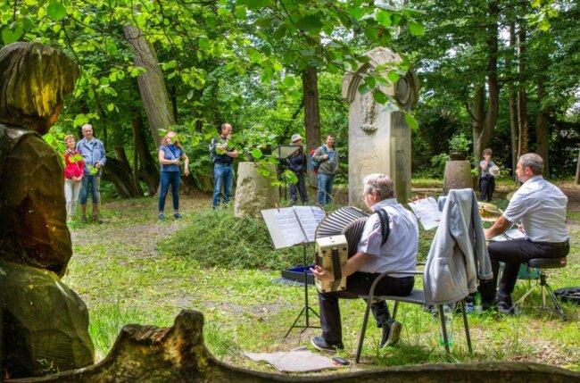 """Musikalische Wanderung der Oederaner Blasmusikanten und des Nachwuchsensembles """"New Generation"""": Am Börnichener Park spielte eine seltene Besetzung, Schlagzeug und Akkordeon, den Wanderern auf."""
