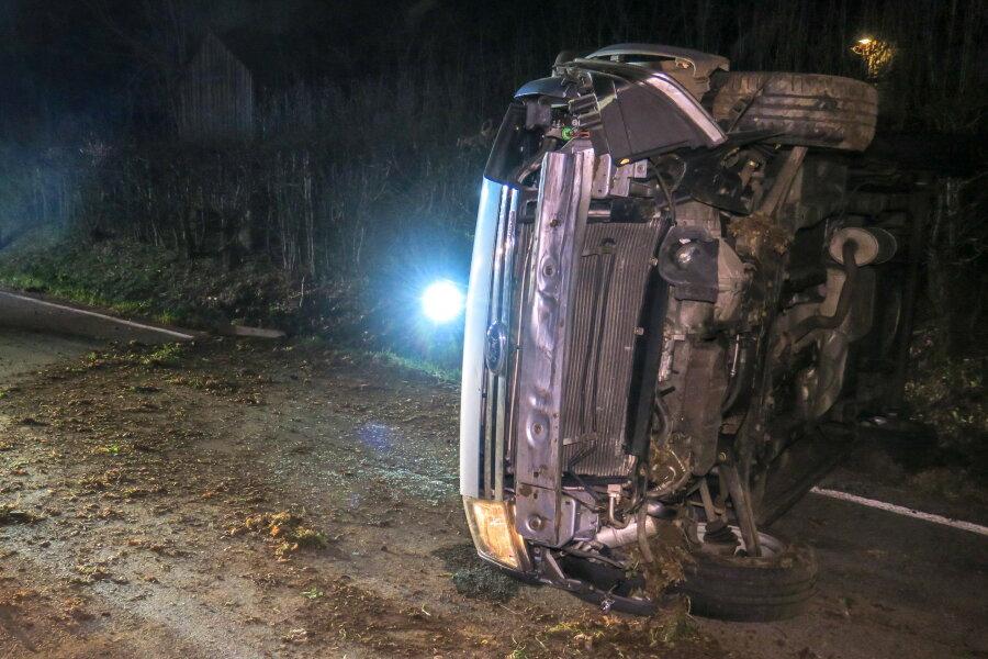 Unfall - Auto bleibt auf Seite liegen