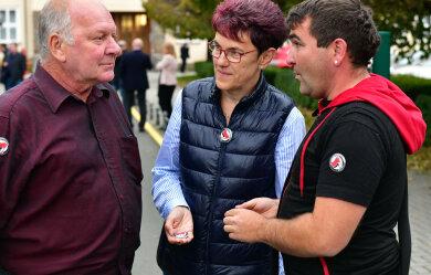 Kreisrat David Rausch (r.) verteilte der Linken-Kreisrat David Rausch an Jana Rathke und Dieter Kunadt.