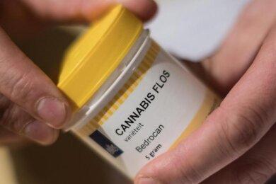 Seit die Nutzung von Cannabis zu medizinischen Zwecken erlaubt ist, nehmen die verschriebenen Behandlungen deutlich zu. Doch viele Patienten brechen die Behandlung ab.