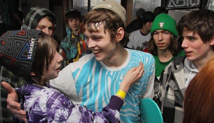 """<p class=""""artikelinhalt"""">Der 22-Jährige genießt nach der Siegerehrung das Bad in der Menge. Viele jüngere Skater wollen ihm nacheifern.</p>"""