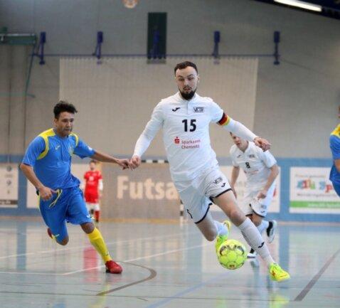 Christopher Wittig in Aktion. Szene aus dem Regionalliga-Spiel VfL 05 Hohenstein-Ernstthal - Heidenauer SV.