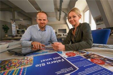 """Martin Teucher und Caroline Rauscher arbeiten in der Vermarktung der """"Freien Presse""""."""