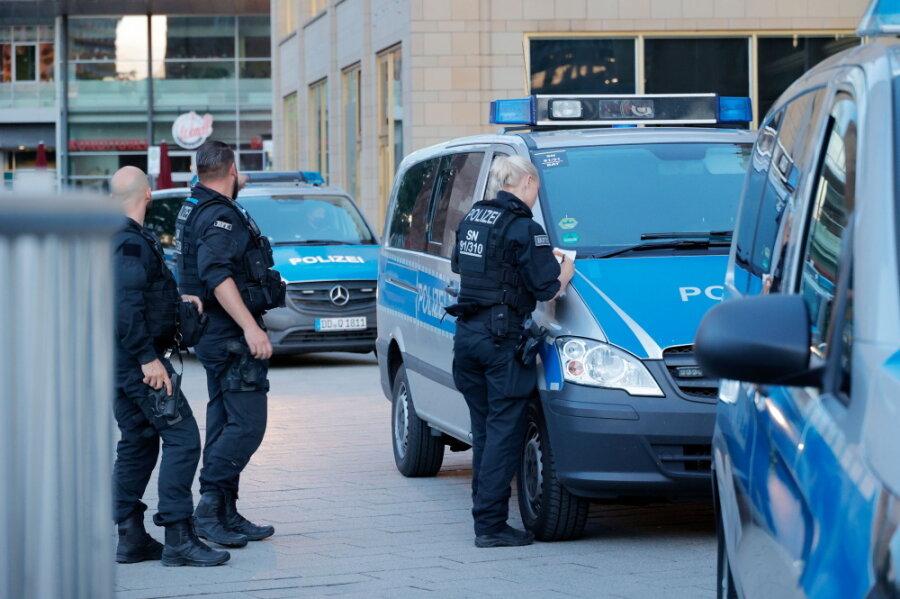Bei Auseinandersetzungen in der Innenstadt sind am Montagabend mehrere Männer verletzt worden.