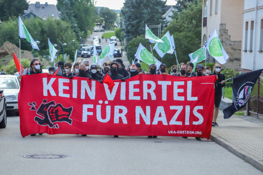265 Menschen haben nach Polizeiangaben am Samstagnachmittag an einer Demonstration linker Gruppen in Zwönitz teilgenommen.