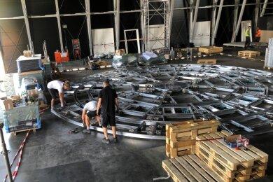 Blick auf einen Teil der neuen Drehbühne, die unter einem schwarzen Bühnenboden versteckt ist.