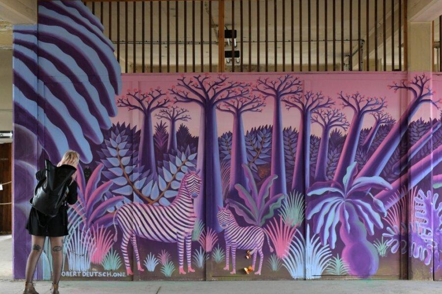 Gut 3500 Besucher haben am Wochenende die letzte Gelegenheit genutzt, das Festival für urbane Kunst - die Ibug - auf dem Gelände der ehemaligen Buntpapierfabrik in Flöha zu erleben. Anders als in Vorjahren fand die Ibug coronabedingt mit weniger Kunstschaffenden und an drei statt zwei Wochenenden statt.