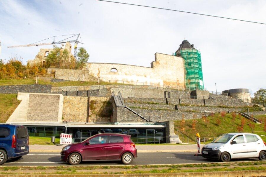 Die Schlossterrassen nach der offiziellen Freigabe am Montag: Rechts neben dem Roten Turm ist die Aussichtsplattform zu sehen. Der Turm selbst ist noch eingerüstet: Er gehört dem Freistaat Sachsen.
