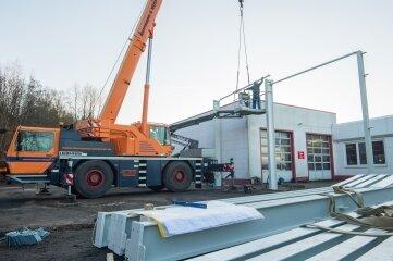 Hier werden die Stahlträger für die neue Halle gesetzt.