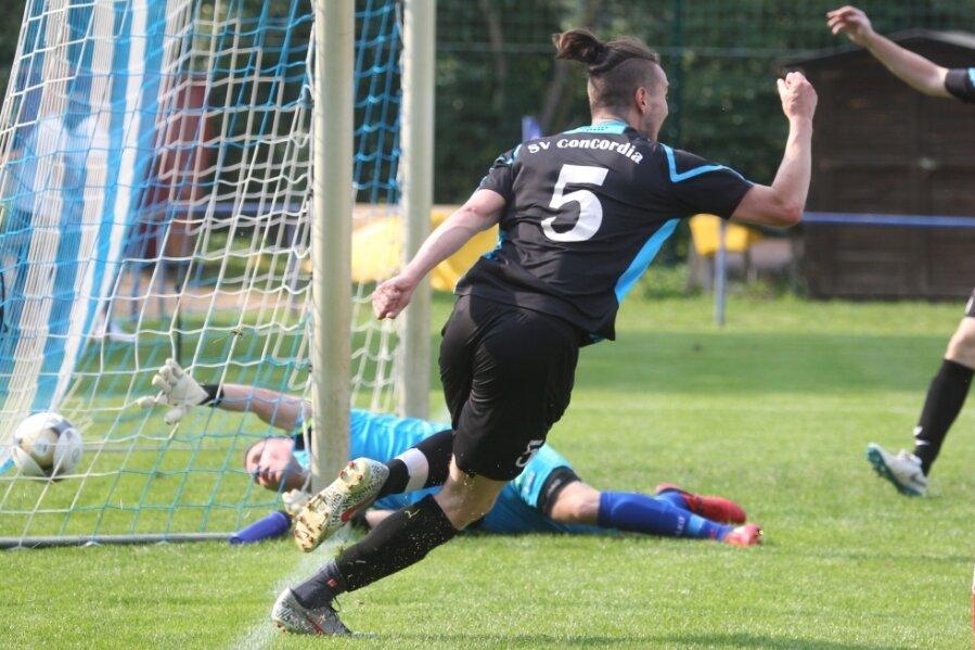 Bei Aufsteiger Concordia Plauen könnte es nicht besser laufen. Nach dem zweiten Sieg im zweiten Spiel setzte er sich erst einmal oben fest. Hier bejubelt Daniel Kammler den Treffer zum 1:0 im Derby bei Fortuna.