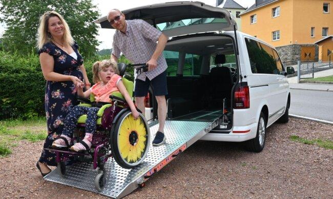 """Ein neues Auto für Familie Liebsch, angepasst an die Bedürfnisse von Tochter Sophia, konnte dank der Spenden von Leserinnen und Lesern der """"Freien Presse"""" in der Aktion """"Leser helfen"""" mitfinanziert werden. Damit geht es nun in den Urlaub - zum ersten Mal seit vielen Jahren."""