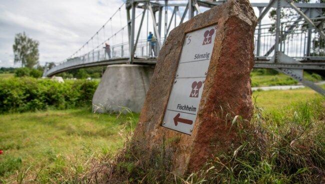 Die Wegmarkierungen an der Hängebrücke in Sörnzig gehören zur 13 Kilometer langen Erlebnistour Seelitz. 2006 wurde sie eröffnet. Ein Teil der Schilder wird gerade erneuert, weil er in die Jahre gekommen ist. Unterstützt wird dies auch mit Leader-Fördergeldern.