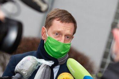 Sachsens Ministerpräsident Michael Kretschmer (CDU) hat die Behörden im Vogtlandkreis für ihre Arbeit bei der Bewältigung der Coronapandemie gelobt.