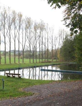 Das einstige Freibad Oberbobritzsch soll für das Hochwasserrückhaltebecken weichen. Nun hat das Verwaltungsgericht Chemnitz festgestellt, dass die Planung im Wesentlichen rechtswidrig ist.