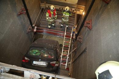 Eine Frau fuhr mit ihrem Auto durch die geschlossene Tür des Lastenaufzuges und stürzte etwa sechs Meter in die Tiefe.