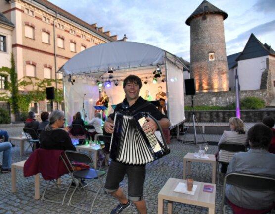 Sebastian Wildgrube eröffnete mit seinen Musikern von der obervogtländischen Brezel Brass Band am Samstagabend den Burgsommer 2020 auf Schloss Voigtsberg in Oelsnitz.