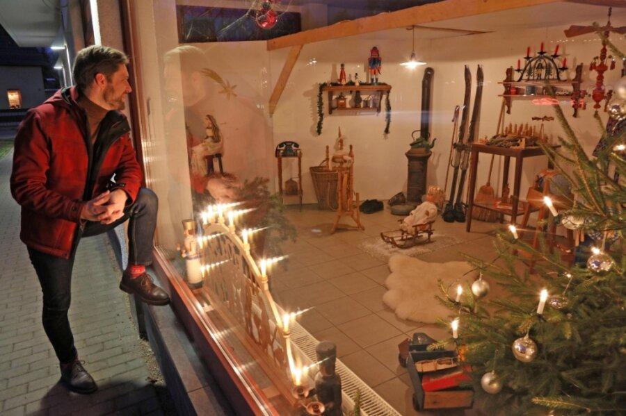 Christfried Nicolaus vor der Hutznstub anno 1920. Dort sind sieben Dinge versteckt, die eigentlich nicht in jene Zeit gehören. Als Finderlohn ist ein besonderer Schwibbogen zu gewinnen.