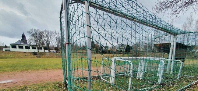 Verwaist wie so viele in dieser Zeit - der Fußballplatz in Weißbach. Und das dürfte im Erzgebirgskreis wohl auch noch eine Weile so bleiben.