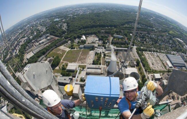 Das Heizkraftwerk im Chemnitzer Stadtteil Furth vom annähernd 300 Meter hohen Schornstein: Wegen der Energiewende und der gesunkenen Strompreise will Betreiber Eins die Anlage auf den Prüfstand stellen.