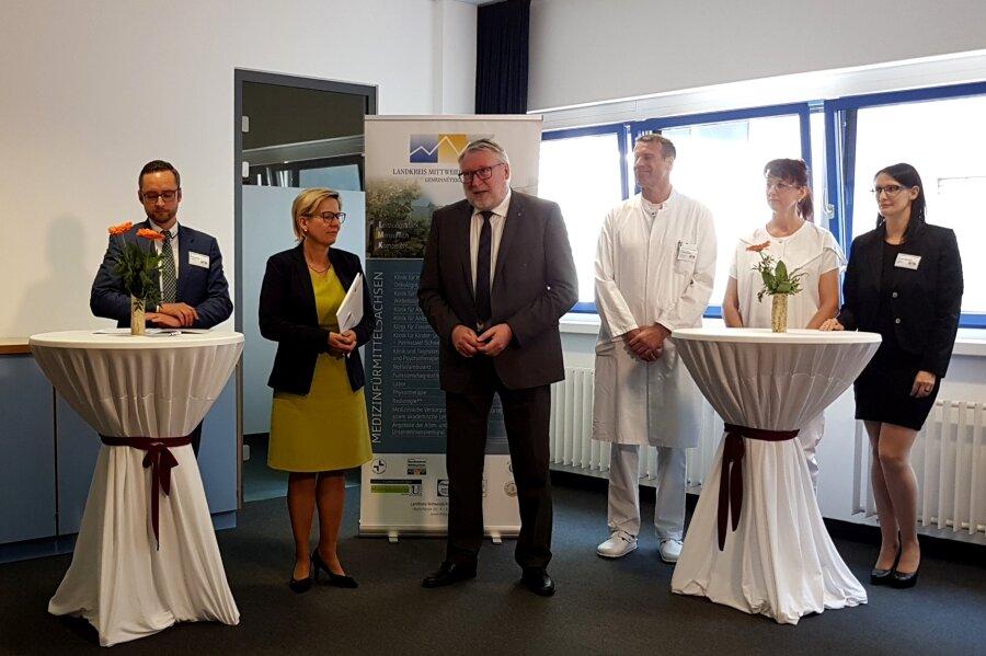 Sächsische Gesundheitsministerium Barbara Klepsch (2. v. l.) bei der Übergabe in Mittweida