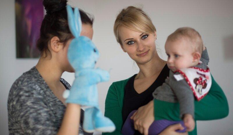 Regelmäßiger Kontakt mit der jungen Mutti und ihrem Kind - für Familienhebamme Theresa Milling (M.) aus Pirna sind das wichtige Schritte, um die Familie an den neuen Rhythmus mit dem Nachwuchs zu gewöhnen. Foto: Robert Michael