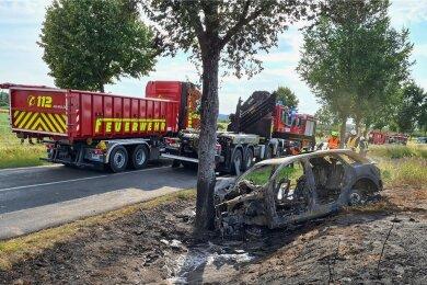 Unfälle von E-Autos erregen viel Aufsehen. So war es auch im Juli 2020, als in Brandenburg eine junge Frau mit ihrem Elektroauto gegen einen Baum prallte und in dem Wrack verbrannte.