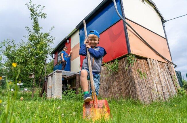 Raphael (v.) und Moritz aus der Kita Mischka am Bauwagen im Garten-Zwerge-Express in der Auerbacher Reichsbahn-Anlage.