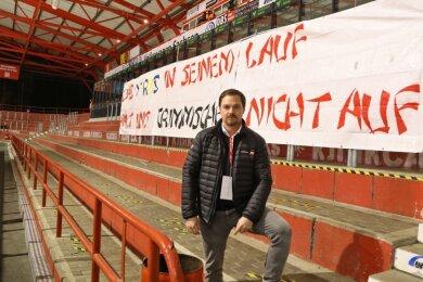 Dort, wo sonst im Durchschnitt rund 2000 Fans die Heimspiele verfolgen, hängen Plakate mit Durchhalteparolen. Geschäftsführer Jörg Buschmann freut sich über die Unterstützung von Anhängern und Sponsoren.