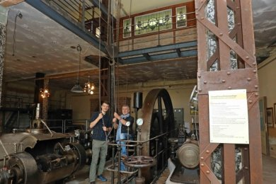 Investor Uwe Reinhold (rechts) erklärt in der Tuchfabrik Sebastian Dämmler die Technologie des Kettenkrans.