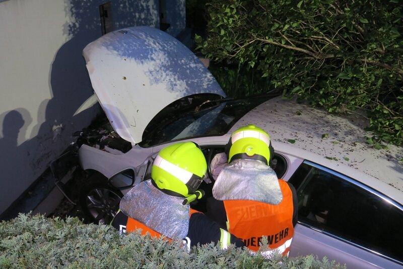 Auto durchbricht Zaun und landet an Hauswand